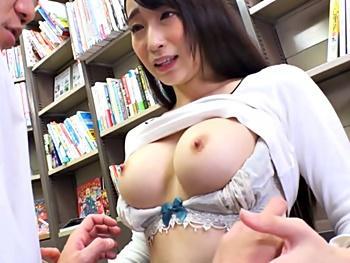 『今、あの女の人のパンツ見てたでしょう!』巨乳人妻が近所の男の子を書店で誘惑!巨乳見せつけチンポ咥えて店内中出しSEX!