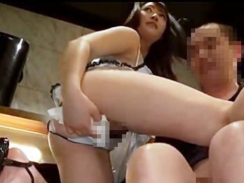 【おっパブ】巷で噂のおっパブ。控室でオナる嬢・自ら肉棒を膣に挿入する嬢!ここは淫乱中出しおっパブだった!!