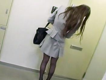《レイプ》知らない男に突然部屋に押し込まれレイプされる美人OL!興奮した男になす術もなく散々凌辱され…膣内射精される!