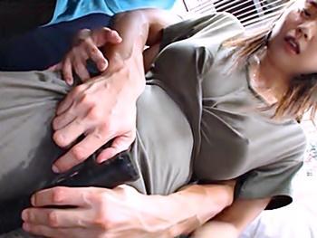 満員電車で巨乳の美女を狙う痴漢師!下着を剥ぎ取られ、乳首とマンコを執拗に弄ると大失禁!抵抗出来ずに車内レイプされる!