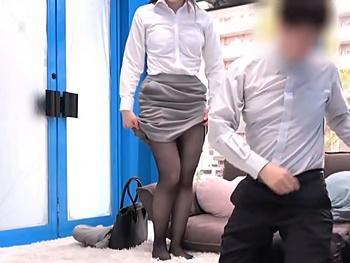 『硬くなってる…どうして欲しいの?』綺麗な女上司と♂部下が営業中に相互オナ鑑賞!発情し女上司のマンコに勃起チンポ挿入!