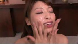 秋山祥子がフェラをしておもいっきり連続で大量顔射される