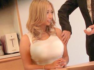 元アパレル店員の若妻GALがご主人の留守に訪問セールスを部屋に上がらせ避妊もさせず膣内射精させるクソビッチぶりを盗撮