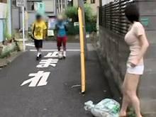 学校帰りの小●生を待ち構え公園の公衆トイレに誘導し貧弱チンポをもてあそびながらしごいて射精させるボインな変態娘