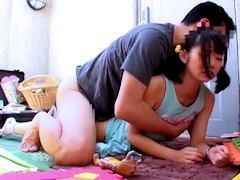 【おじちゃんいたいよぉーっ!!】親の目盗んでおママゴトで遊ぶ小●生の未熟な無毛ワレメに挿入