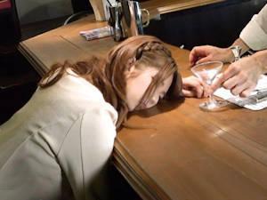 バーで飲んでる素人娘のお酒にバレ無い様に睡眠薬を入れて昏睡させ勝手に生ハメ無許可中出し♪