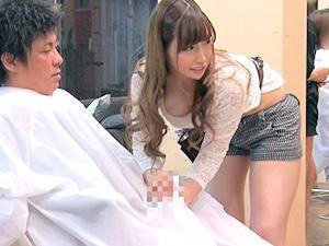 「やべぇイクっ!!」めっちゃ可愛いヘアサロン店員さんが周囲にバレないようにクロスの中で高速手コキするので我慢できずどぴゅどぴゅ