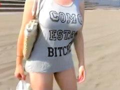 『でっけぇw』ビーチで見つけたTシャツ上でも巨乳な奥さんをヤリ部屋に連れ込み危険日なのに避妊もせずに犯して中出しw