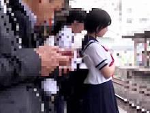 混雑する電車で子供顔でオッパイの発育最高な制服美少女と一緒の車両に乗り欲望の限りチカン&レイプ
