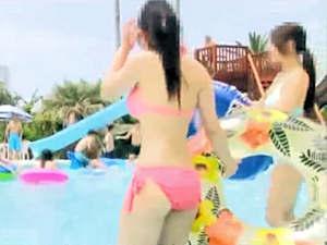 プールではしゃぐボインなビキニ娘に他の客にバレないように水中で媚薬バイブ挿入して発情させて犯したった