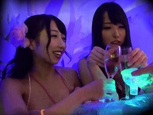 雰囲気にのまれガードの甘い欲求不満なボイン水着娘が集まると噂のナイトプールでナンパしたら即ハメどぴゅどぴゅw