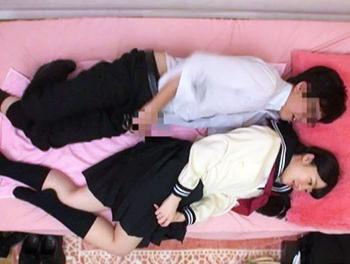 ツインテールで可愛い純粋系ロリ顔女子高生とJKリフレでイチャイチャ!/♡ベッドで寝転がり幸せそうなメガネ男性w