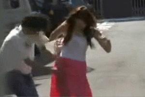 人妻 スカートめくりをしたらノーパンだった動画