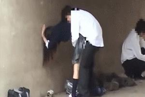 歩道橋の下で3Pセックスをする女子高生と男子生徒