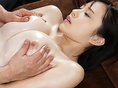 『おっぱい、でけえぇぇww』激カワな天然Fカップの美女が、全身オイルまみれにされ集中乳首イジリでイカされる!!