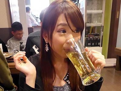 『酔っちゃた♥♥』酔えば酔うほどエロくなるマンピク酒乱ヤリマンが、トイレでチンポをフェラチオww