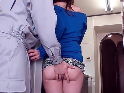 『奥様もう我慢できないです!!』引っ越しで人妻がパンチラで誘惑、ケツ揉んでると簡単に即パコ!!