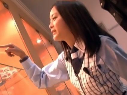 『やだぁ、触らないで!!』パチンコ店で働くバイト娘が、痴漢に襲われてレイプされる!!