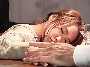 『あれ....なんだか眠い...』タレント級の女ばかり来る人気のバーは、マスターがウラで睡眠薬でレイプする変態だった!!