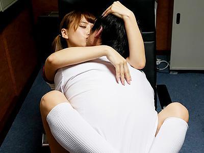 『おじさん、もっと突いてえぇぇぇ♥♥』性欲が強い女子校生のはっつが、おじさんの会社乱入で3Pセックス!!