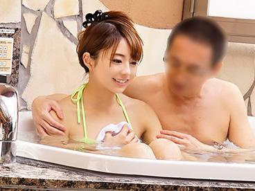 『やだぁ、恥ずかしい♥♥』年の差で距離のある二人が、男性はブーメラン女性には極小マイクロビキニで混浴で距離が急接近!!