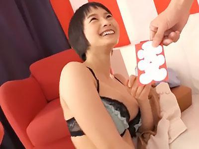 『ああん、恥ずかしい..♥♥』激カワなスレンダーな清楚娘が野球拳で裸にされて、ノリで押し切られて即パコww