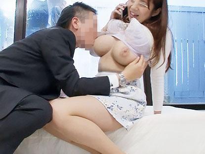 【モニタリング】清楚で美人な巨乳奥様が旦那の中年上司と、ミラー越しに旦那を見ながら浮気エッチ!!