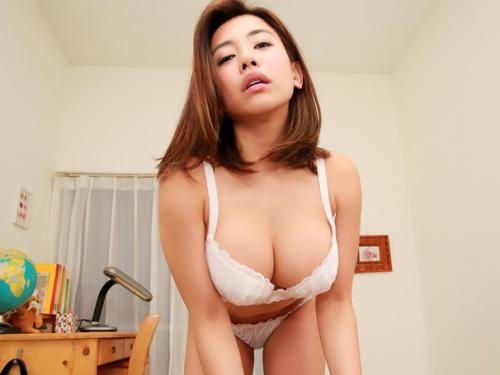 『前から可愛いなぁ~って♥♥』隣に若妻からのいやらしい誘惑に、童貞のチンポは即勃起で迫られる!!