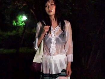 『もう、雨なんて嫌い!』雨の中を傘もささずに歩く人妻が通りがかりの男2人に凌辱され…くちマンコを犯される!!