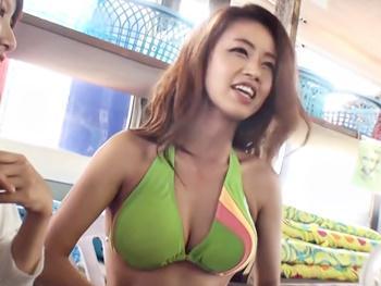 海の家のビキニ美女を無料と言う餌で釣って卑猥エステ!ヌルヌルオイルで刺激してその気にさせて肉棒披露!パックっとな♪
