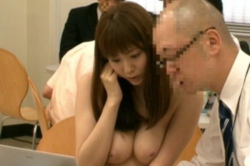 【麻美ゆま】仕事がデキる女はナチュラル志向!?全裸主義の痴女OLが自慢の巨乳で同僚を誘惑しちゃう!