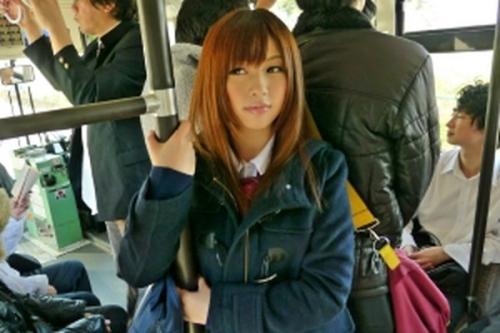 おいおい!こんな美少女がいたらヤルっきゃないだろ!バスの中で過激な痴漢!喘ぎ声を我慢して感じちゃってるー!