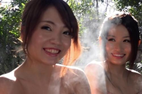 ちょっと~恥ずかしがってないで早くコッチへおいでよ~♡混浴温泉には巨乳美女3人と素敵な出会い!ヤリたい放題ハメちゃいます