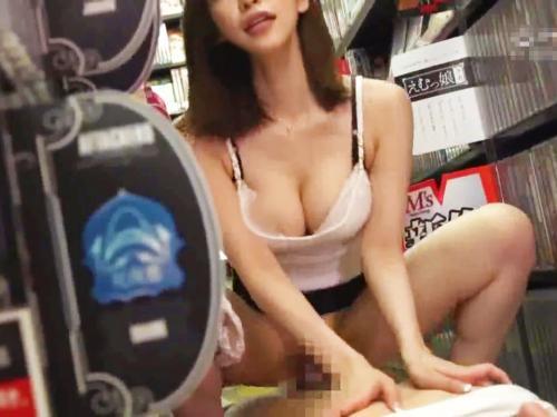 <ナイスバディ>「パンツ見てたでしょ?SEXさせてあげる♡」AV店内の18禁コーナーで青少年を狙う痴女w<美女お姉さん>