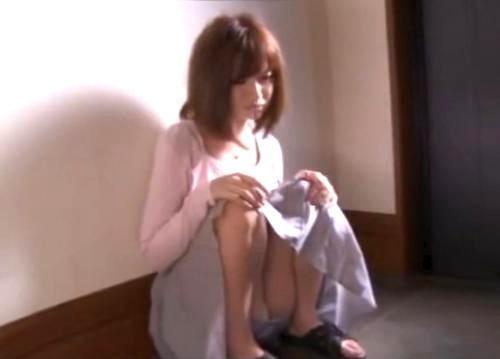 【水谷心音】幸せな日々を過ごす若い奥さんが近所のノゾキ男に強引レイプされ快楽に溺れていく!