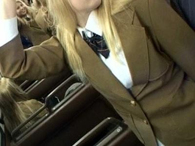 金髪娘満載の通学バスに「日本人好きな痴女がいる」という情報を海を越え入手!INTERNATIONAL金髪ハイスクールバス
