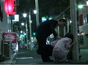 自宅の近所の道端で酔いつぶれてる女!!意識朦朧マンコを昏睡レイプ!